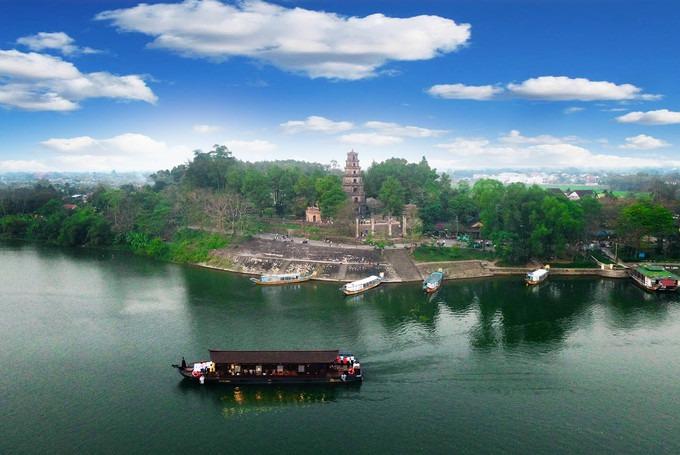 Chùa Thiên Mụ nằm bên dòng sông Hương thơ mộng. Được xây dựng vào những năm 1600, đây là ngôi quốc tự có nhiều giai thoại nhất ở cố đô.