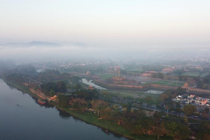 Kinh thành Huế trở nên cổ kính, thơ mộng trong một sáng mờ sương.