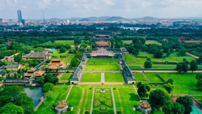 Đại nội Huế nhìn từ trên cao ở hướng đường Đoàn Thị Điểm. Kinh thành Huế được xây dựng trên một mặt bằng diện tích hơn 500 ha, bao gồm Hoàng Thành và Tử Cấm Thành, được gọi chung là Đại Nội.