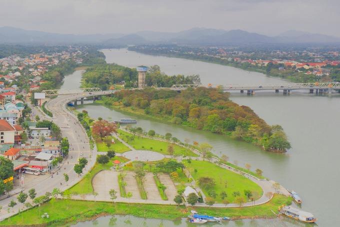 Chạy qua cầu Dã Viên, các runner sẽ được ngắm sông Hương lúc bình minh, cồn Dã Viên nơi xưa kia triều Nguyễn tổ chức trận chiến giữ voi và hổ cho nhà vua giải khuây.