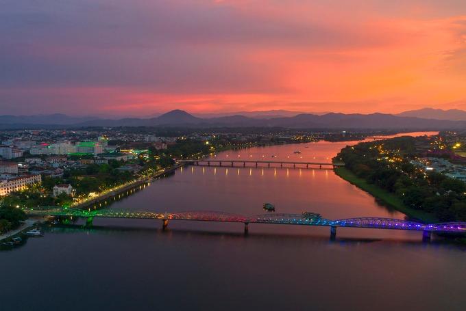 Cầu Trường Tiền bắc qua dòng sông Hương được xây dựng dưới thời vua Thành Thái. Người dân Huế xem cầu Trường Tiền là một trong những biểu tượng nhắc đến cố đô. Cây cầu này cũng thuộc cung đường của VnExpress Marathon Huế.