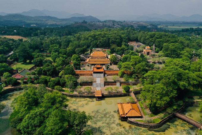 Lăng vua Tự Đức nhìn trên cao như một công viên rộng lớn đầy cây xanh. Tự Đức (1829 - 1883) là vị vua có thời gian trị vì triều Nguyễn lâu nhất với 36 năm trên ngai vàng. Lăng mộ này được xây dựng từ năm 1866 đến năm 1873 thì cơ bản hoàn thành.