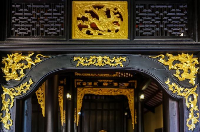 Nhà từ đường làm chủ yếu bằng gỗ sơn son thếp vàng, do những nghệ nhân xứ Huế thực hiện.