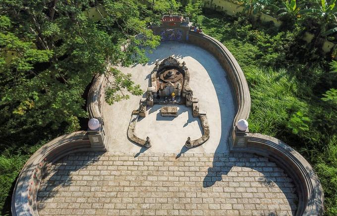 Bên trong là khu lăng mộ của dòng họ Phạm Đăng, nổi bật nhất là mộ phần của ông ngoại vua Tự Đức. Mộ ông Phạm Đăng Hưng được táng trên gò cao có dáng mai rùa, diện tích khoảng 800 m2. Mộ xây theo hình bát giác, trong quan ngoài quách, mang dáng dấp của một chiếc mũ quan.