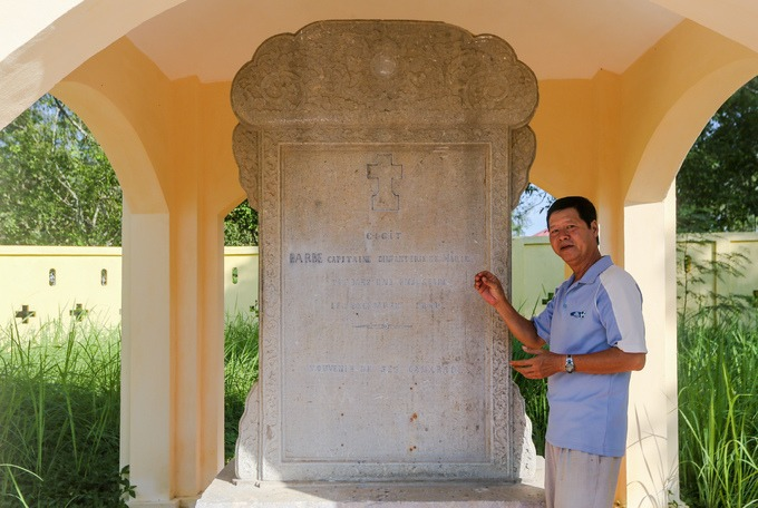 """Cạnh lăng mộ là hai nhà bia do vua Tự Đức và Thành Thái ban tặng, để khắc ghi công lao của ông Phạm Đăng Hưng. Nổi bật và ly kỳ hơn cả là tấm bia do vua Tự Đức dựng năm 1858. """"Tấm bia khi trên đường chuyển vào lăng thì bị quân Pháp lấy làm mộ bia cho Đại úy Barbé. Chính vì vậy trên bia giờ có hình cây thánh giá và tiếng Pháp. Những năm 1980, bia đá được tìm thấy khi giải tỏa một nghĩa trang ở Sài Gòn. Tính ra tấm bia mang tên hai người này đã luân lạc hơn trăm năm"""", ông Phan Văn Dũng (56 tuổi), người trông coi lăng gần chục năm nay, cho biết."""