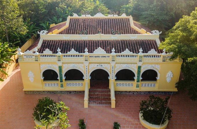 Cạnh khu lăng mộ là từ đường được cất theo kiến trúc cung đình, để thờ những người trong dòng tộc Phạm Đăng. Hiện nay, ngôi nhà bao gồm một nhà thờ, nhà khách, nhà kho và công trình phụ.