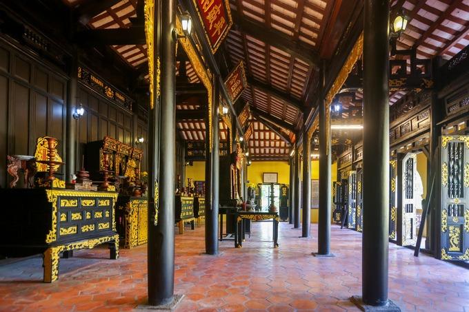 Bên trong lăng xây theo kiến trúc ba gian hai chái, với những cột chịu lực dựng song song. Bên trong bài trí các gian thờ ông Phạm Đăng Hưng và người trong dòng họ.