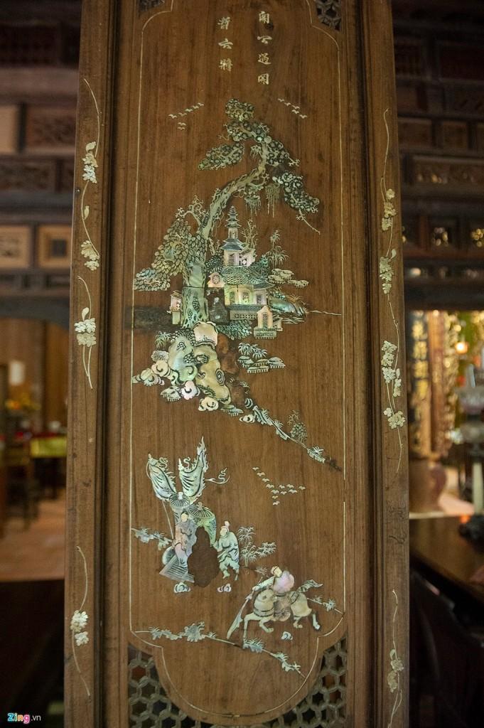 Trên các ô cửa, cột, kèo… có nhiều chi tiết được chạm khắc hình tượng cây tùng, cúc, trúc, mai và khung cảnh đời sống. Đây là nghệ thuật khảm của xứ Huế, vật liệu khảm là xà cừ (miền Nam hay gọi là cẩn xà cừ). Xà cừ là vật liệu cứng, nhưng sự tinh tế tạo hình đã không cho thấy sự khô cứng, nặng nề. Những bàn tay nghệ nhân tài hoa đã khảm thành những hoa văn sinh động mang phong cách Huế.