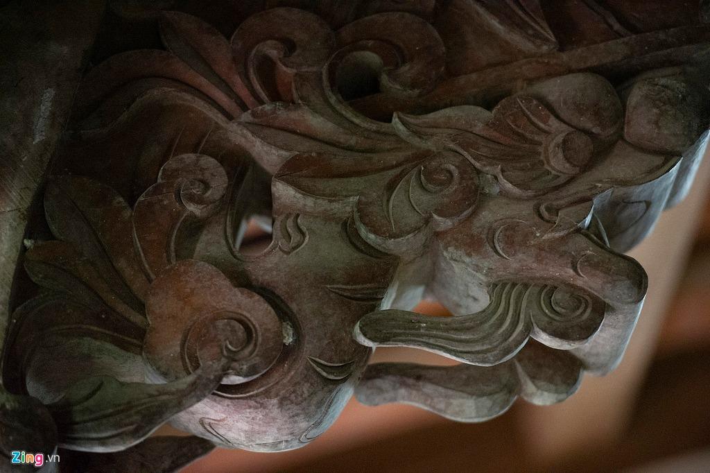 Đầu vi kèo được chạm trổ hình tượng đầu rồng kỳ công. Kèo cột của ngôi nhà được thiết kế kiểu chồng rường đặc trưng. Bởi chất liệu gỗ tốt nên qua hàng trăm năm, các chi tiết chạm khắc vẫn còn gần như nguyên vẹn, hoàn toàn không bị mối mọt hay thấm dột.