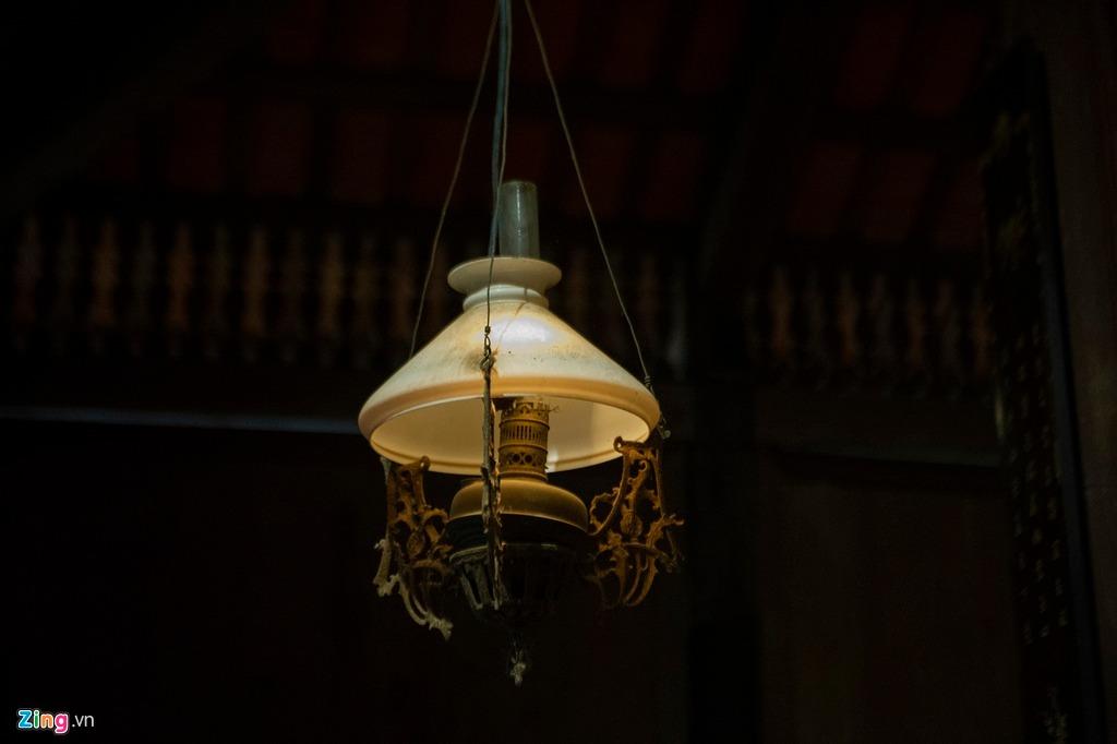 Đèn trong nhà là những chiếc đèn dầu quen thuộc của người Việt xưa, hiện được thắp sáng bằng bóng đèn điện gắn trong thân đèn.