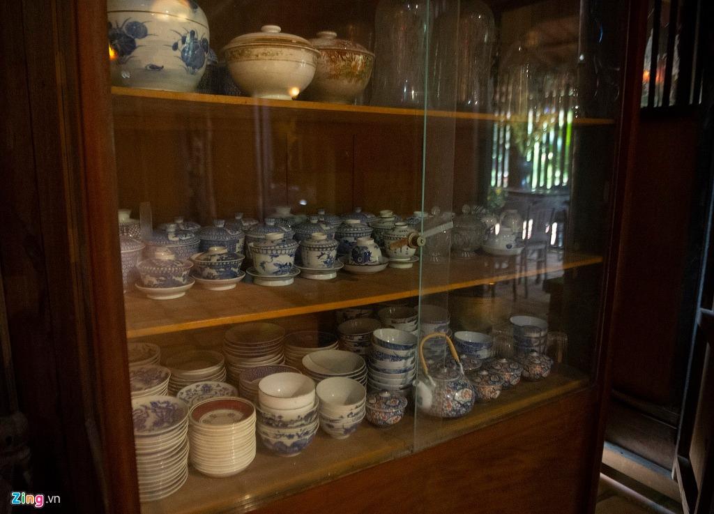 Vật dụng bằng sành sứ gần 200 năm tuổi được bảo quản cẩn thận tại nhà. Nhiều người thích sưu tầm đồ gốm sứ cổ ngỏ ý mua lại những vật dụng này với giá cao, nhưng gia chủ không bán.