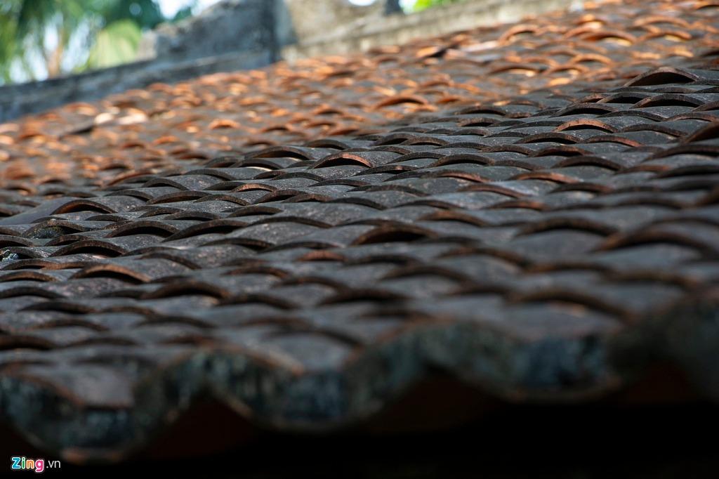 Mái nhà lợp ngói âm dương, một hàng sấp, một hàng ngửa xen kẽ cổ kính và độc đáo. Mái nhà hoàn toàn không thấm dột.