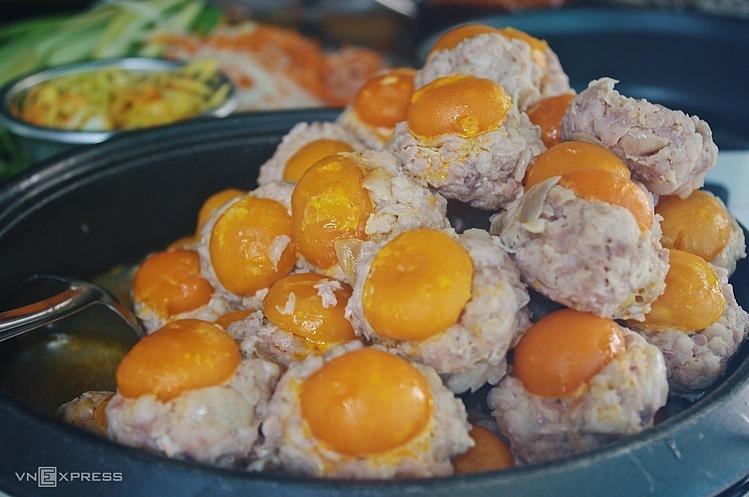 Xíu mại trứng muối là loại nhân khiến nhiều người biết đến tiệm, sau này có thêm loại xíu mại lạp xưởng để thực khách có thêm sự lựa chọn. Thành phần bao gồm trứng muối và thịt heo đều do chủ tiệm tự tay mua và chế biến. Thịt tươi, đủ nạc lẫn mỡ sau khi hấp viên xíu mại sẽ mềm ngậy và không bị khô bở.