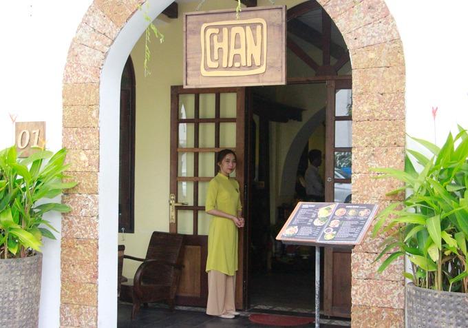 Nếu đến Huế tham gia giải chạy VnExpress Marathon 2020 và Festival tháng 4, du khách có thể ghé quán cơm niêu trên đường Nguyễn Thái Học. Nơi đây phục vụ các món ăn đặc trưng xứ Huế.