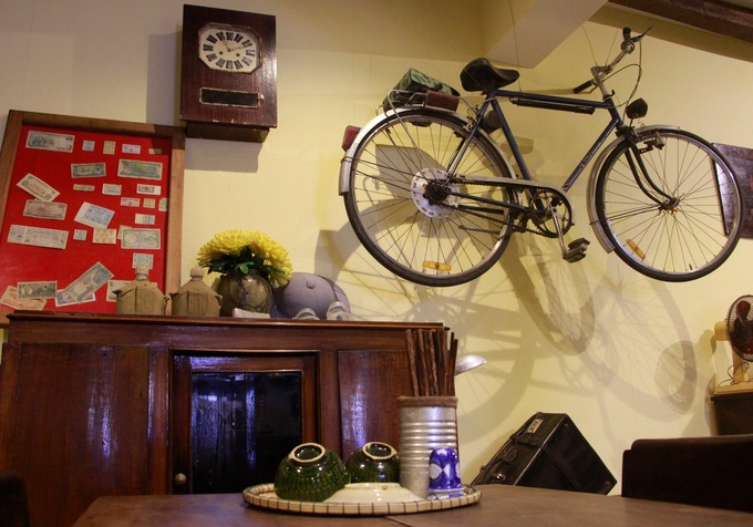 Ấn tượng đầu tiên với khách đến lần đầu là cảm giác được quay trở lại gian bếp xưa. Chủ quán dùng các vật dụng như xe đạp, tivi đen trắng cũ, đồng hồ... để trang trí, tạo nét cổ kính.