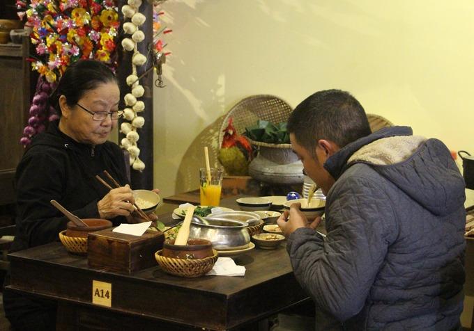 Quán không chỉ được nhiều du khách tìm đến mà cả người dân địa phương cũng chọn nơi này để mời khách phương xa.