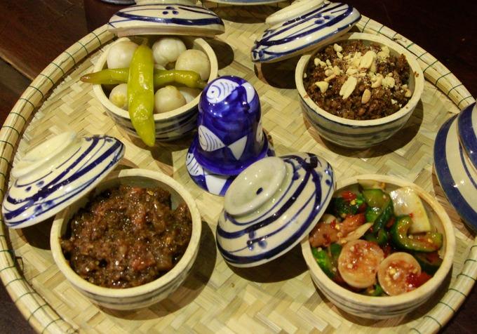 Trên mỗi bàn ở quán đặt sẵn các loại mắm đặc trưng của Huế như mắm dưa, mắm cà, mắm tôm.