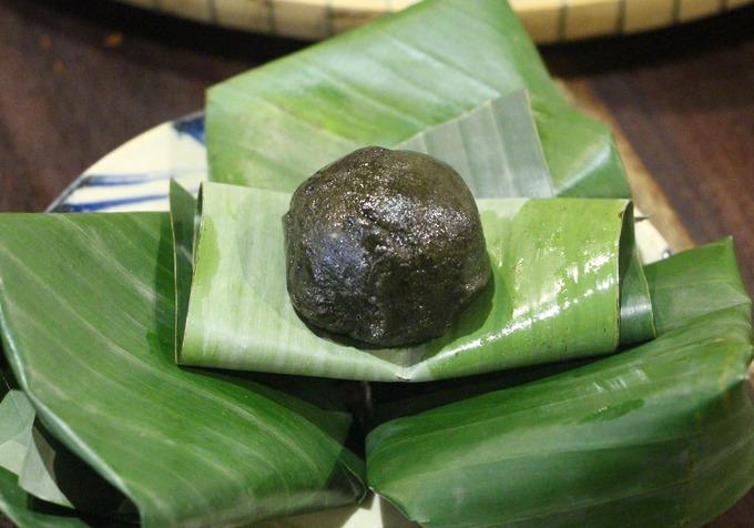 Sau bữa ăn, quán sẽ tặng thực khách bánh ít lá gai, một loại bánh đặc trưng của xứ Huế để dùng tráng miệng.