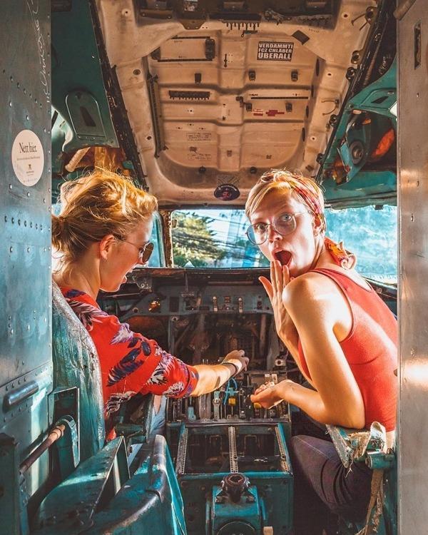 Bên ngoài thân những chiếc máy bay vẽ đầy hình graffiti. Leo vào bên trong, bạn còn có thể hóa thân thành phi công trong phút chốc.