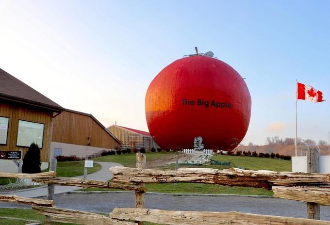 Cách trung tâm Toronto khoảng 135 km về phía đông, the Big Apple là điểm du lịch khá có tiếng ở Canada, thu hút khoảng 500.000 người ghé thăm mỗi năm.