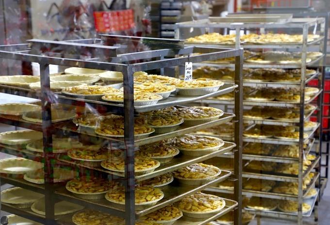 """Đặc trưng nhất là bánh táo và bánh grannola làm tại chỗ. Khách tận mắt xem mọi quy trình làm bánh """"từ A đến Z"""" ngay tại the Big Apple. Bên cạnh đó, còn nhiều loại bánh quy, bánh mì từ tiệm bánh """"hàng xóm"""" Ste Anne's Bakery."""