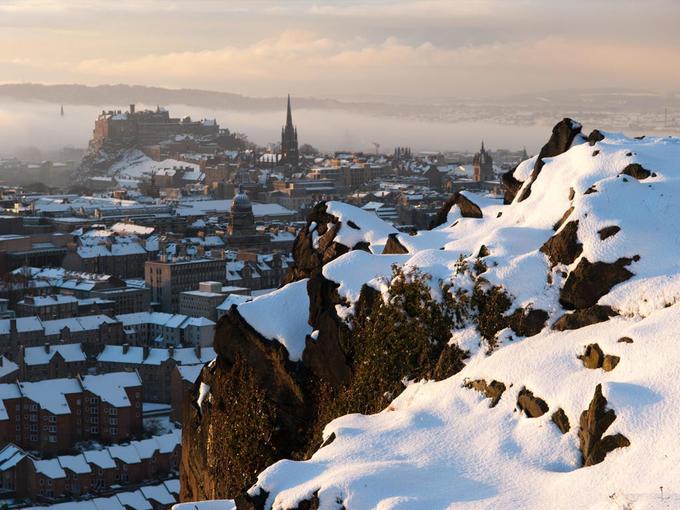 Edinburgh, Scotland Những lâu đài tráng lệ và con đường rải sỏi cổ kính khiến Edinburgh mang một vẻ đẹp ấn tượng hơn trong tuyết trắng. Nơi cao nhất của thành phố, ngọn đồi Arthur's Seat, là cung đường đi bộ hoàn hảo vào mùa đông, từ đây bạn có thể ngắm nhìn toàn cảnh thành phố. Nhà hàng One Square tại Festival Square là một gợi ý đáng thử, với thực đơn đồ uống phục vụ tại nhà hàng khá ấn tượng với hơn 100 loại rượu gin. Ảnh: Edlets.