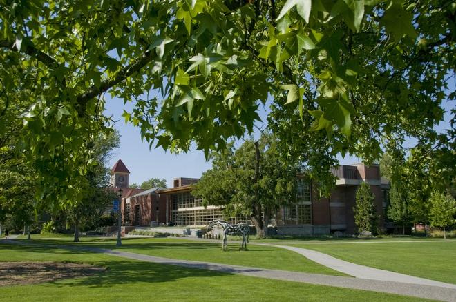 1. ĐH Whitman (Washington): Trường thành lập năm 1859 tại Walla Walla, Washington. Điểm nhấn của trường nằm ở sân hình vuông nằm ở trung tâm với lạch nước chảy vào hồ lớn. Trong khi đó, phần lớn khu ký túc xá sinh viên được xây dựng theo kiến trúc giống khu dân cư ở Walla Walla với phong cách Victoria và Craftsman. Ảnh: Whitman.