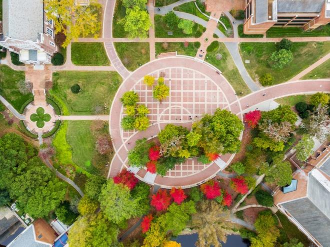10. ĐH Richmond (Virginia): Thành lập năm 1830, ngôi trường tư thục khai phóng này tọa lạc trên khuôn viên rộng 350 mẫu. Trường nổi bật với các tòa nhà mang phong cách kiến trúc gothic và các bãi cỏ rộng lớn. Những ngọn đồi cùng hồ nước bao quanh khiến ĐH Richmond thêm phần thơ mộng. Nhiều tòa nhà ở đây được thiết kế bởi kiến trúc sư Ralph Adams Cram - người cũng thiết kế những đại học đẹp nổi tiếng như Princeton, Rice, Cornell. Ảnh: Uronline.