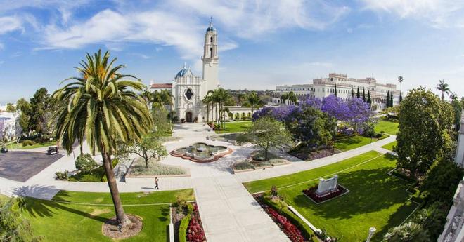 2. ĐH San Diego (California): Năm 1972, ĐH Phụ nữ San Diego và ĐH San Diego sáp nhập với nhau thành ngôi trường như ngày nay. Trước đó, cả hai có lịch sử hoạt động từ năm 1949. Người thành lập trường tin rằng môi trường học tập đẹp sẽ giúp sinh viên hưởng thụ nền giáo dục tổng thể. Nhờ đó, trường có khuôn viên tuyệt đẹp với các tòa nhà mang phong cách Phục hưng Tây Ban Nha, bao quanh bởi hàng loạt cây cọ. Cảnh quan bãi biển San Diego giúp cảnh sắc càng thêm hấp dẫn. Ảnh: The Travel.