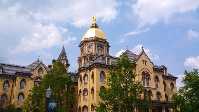 4. ĐH Notre Dame (Indiana): ĐH Notre Dame du Lac thường được biết đến với cái tên Notre Dame, thành lập năm 1842. Khuôn viên trường rộng 1.261 mẫu với các thư viện, bảo tàng, nhà thờ. Từ lâu, đây là điểm đến du lịch hấp dẫn. Điểm thu hút của trường nằm ở Golden Dome, sân vận động, tranh tường Word of Life. Ảnh: Wikimedia.