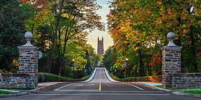 """6. ĐH Duke (North Carolina): Ngôi trường thành lập năm 1838 này nổi tiếng với kiến trúc gothic. Điểm nổi bật nằm ở giáo đường Duke nằm ở vị trí trung tâm và có tầm nhìn cao nhất. Nhiều người ca ngợi ĐH Duke là """"xứ sở thần tiên"""" và khẳng định đây là một trong những trường đẹp nhất nước. Ảnh: The Travel."""