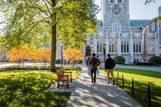 7. ĐH Boston (Massachusetts): Thành lập năm 1863, ngôi trường này là một trong những đại học đầu tiên ở Mỹ xây dựng theo phong cách kiến trúc gothic. Trong đó, thư viện Bapst là tòa nhà nổi bật nhất. Tòa Gargan cũng thường xuất hiện trong danh sách các thư viện đẹp nhất nước. Ngoài ra, việc ĐH Boston nằm trên ngọn đồi hướng ra phía hồ chứa Chestnut Hill khiến phong cảnh càng thêm đẹp. Ảnh: Artwithimpact.