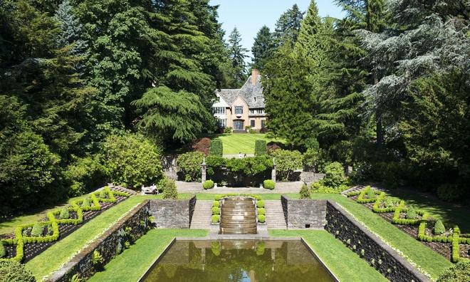 8. ĐH Lewis & Clark (Oregon): Ngôi trường tuyệt đẹp ở thành phố Portland, bang Oregon nằm trên đỉnh đồi, rộng 137 mẫu. Tòa nhà John R. Howard của trường từng giành giải thưởng về bảo vệ môi trường bền vững. Toàn bộ điện sử dụng tại trường đại học thành lập năm 1867 này được sản sinh từ năng lượng gió. Ngoài cảnh vật xanh, nên thơ, ĐH Lewis & Clark còn được U.S. News & World Report, Forbes đánh giá cao về khả năng tài chính. Ảnh: The Travel.