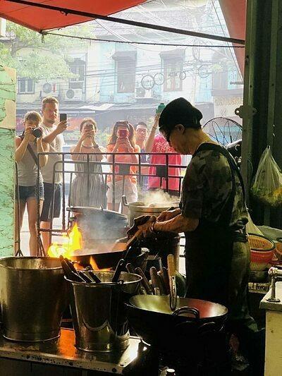 Dòng người chụp ảnh và quay phim đầu bếp 73 tuổi ở Jay Fai. Ảnh: Samantha Francis.