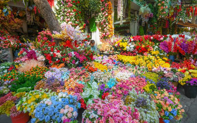 Ngoài đào, mai, quất… những loại hoa giấy, hoa lụa tràn ngập góc phố Hàng Lược giao Hàng Rươi với đủ màu sắc, kích cỡ. Dù không phải thứ hoa đặc trưng ngày Tết, mặt hàng này cũng được ưa chuộng bởi giá phải chăng lại bền, có thể trưng quanh năm.