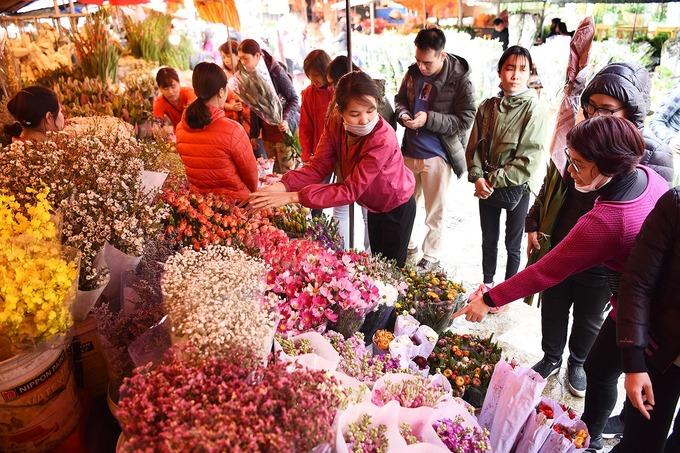 Mặt hàng chính tại chợ vẫn là các loại hoa để cắm, với nhiều chủng loại khác nhau. Hoa ở đây có nguồn gốc từ làng Tây Tựu (Bắc Từ Liêm), Mê Linh, Nhật Tân (Tây Hồ)... Ảnh: Giang Huy.