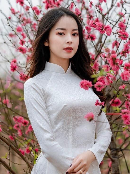 Bạn Ngân Hà tới vườn đào, chụp ảnh Tết trong bộ áo dài truyền thống ngày 11/1. Theo nhiếp ảnh gia Dương Hoàng, vườn đào ở Nhật Tân rộng, có nhiều góc nên dễ chụp ảnh. Ảnh: Dương Hoàng.