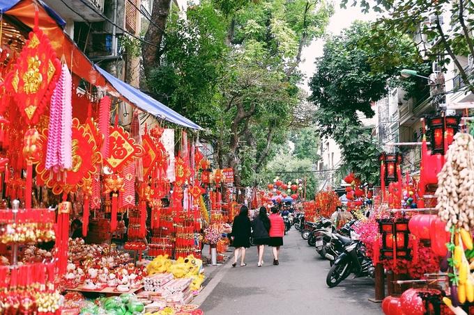 Hàng Mã  Nằm cách phố Phùng Hưng khoảng 100 m là con đường buôn bán đồ trang trí lớn nhất thành phố. Vào mỗi ngày lễ như Tết Nguyên đán, Trung thu và Halloween, các cửa hàng trên phố đồng loạt thay mặt hàng trang trí, tạo thành cảnh quan đẹp cho du khách tham quan. Ảnh: Lan Hương.