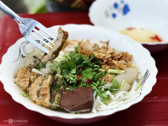 Bánh canh chả cá  Bánh canh chả cá là một trong những đặc sản dân dã, sử dụng nguyên liệu cá tươi được đánh bắt từ vùng biển Bình Thuận. Món ăn có nước trong, ít váng mỡ, mang vị ngọt thanh được chiết xuất từ xương cá hầm. Một tô đầy đủ luôn có hai loại chả cá chiên và hấp, ngoài ra còn có ruốc cá, chả tai heo, giò heo, huyết. Bạn có thể tìm món này tại các khu chợ, hàng quán vỉa hè ở Phan Thiết với giá khoảng 15.000 – 35.000 đồng một tô. Một số địa chỉ bán bánh canh chả cá được người địa phương gợi ý là bánh canh Xíu (đường Kim Đồng), bánh canh bà Lý (đường Trần Hưng Đạo), bánh canh cô Dung (ngã tư Võ Thị Sáu – Tôn Đức Thắng) và một số quán trên đường Thủ Khoa Huân, đường Tuyên Quang...