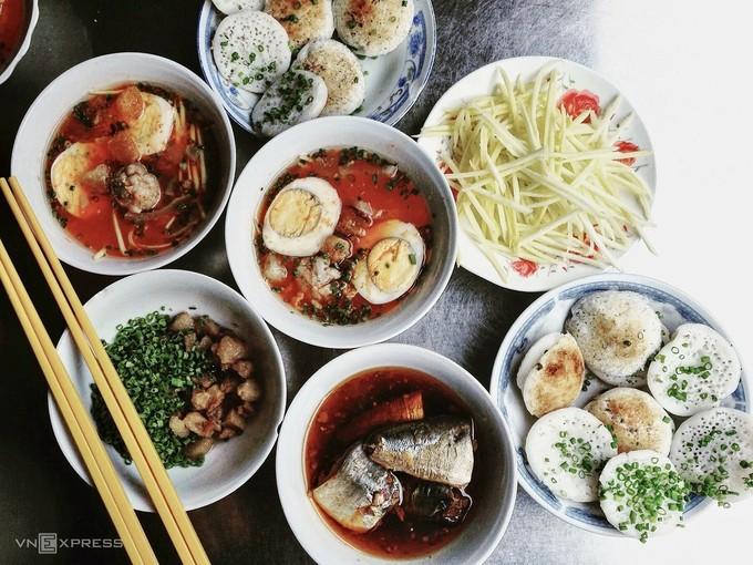 Bánh căn  Bánh căn Phan Thiết nổi tiếng bởi thức ăn kèm đa dạng và đậm đà hơn so với địa phương khác. Món ăn nóng hổi dùng kèm cá kho, xíu mại, trứng luộc, tóp mỡ cùng nước sốt cá kho hoặc sốt cà chua. Các loại rau gia vị cũng đa dạng không kém, gồm xoài xanh băm, khế chua, chuối chát, dưa leo, rau húng, xà lách… Một phần đầy đủ có giá từ 35.000 đến 50.000 đồng. Một số địa chỉ nổi tiếng gồm quán 168 Thủ Khoa Huân, quán số 8 đường Hải Thượng Lãn Ông hoặc quán dưới chân cầu Dục Thanh.