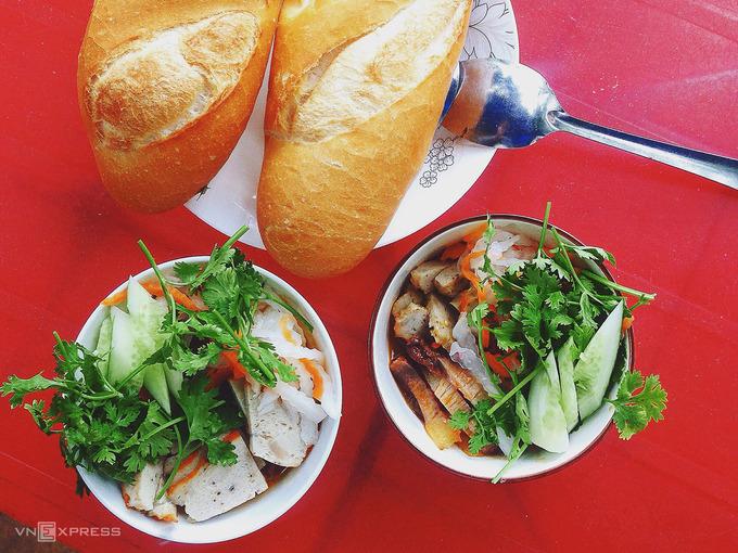 Bánh mì chén  Không ăn cùng patê, chả, ruốc như nhiều nơi, bánh mì ở Phan Thiết thường kèm chả cá, chả tôm, xíu mại, thịt heo xá xíu và trứng luộc. Đặc biệt, phần nhân thường được phục vụ trong chén, chan ngập nước sốt nóng hổi để chấm bánh mì. Gia vị gồm nước tương, mắm ớt cay ngọt, thêm tóp mỡ, hành ngò, đồ chua. Với khoảng 10.000 – 15.000 đồng, bạn có thể mua một phần đầy đủ tại nhiều xe bánh mì vỉa hè vào buổi sáng, hoặc buổi tối có các quán trên đường Nguyễn Huệ.