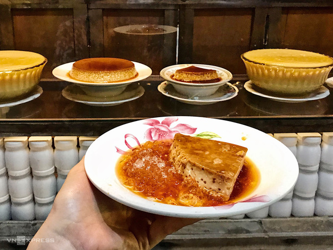 Kem flan Mộng Cầm  Ở Phan Thiết, người địa phương thường gọi kem flan thay vì bánh flan. Tiệm kem flan mở gần 40 năm bởi bà Mộng Cầm, người trong mộng của nhà thơ Hàn Mặc Tử, được nhiều khách du lịch biết đến. Khác với hình thù bánh flan đại trà, phần bánh phục vụ khách nơi đây là một miếng tam giác to ngang lòng bàn tay được cắt từ tảng bánh tròn chia làm sáu. Chất kem flan mềm mịn, thơm ngậy và không quá ngọt, được đựng trên đĩa rưới nước caramen và đá ướp lạnh. Bạn có thể thưởng thức món này tại hai tiệm mang tên bà Mộng Cầm trên đường Trần Hưng Đạo, đều do các con của bà bán, giá khoảng 25.000 – 35.000 đồng.
