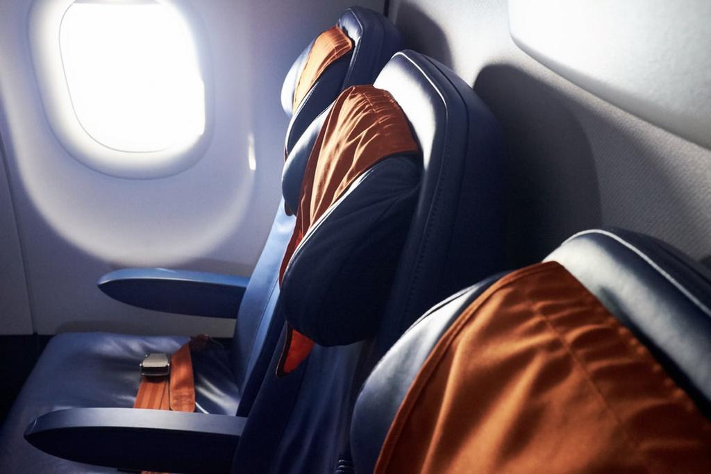 Chọn ghế có tựa tay thoải mái: Thông thường, những ghế ở ở giữa hoặc sát vào phía vách máy bay sẽ có tựa tay cả 2 bên. Nếu bạn muốn gác tay thật thoải mái, đừng nên chọn vị trí ghế sát lối đi vì dễ bị dễ bị va chạm khuỷu tay khi có người di chuyển qua lại. Ảnh: Unsplash.