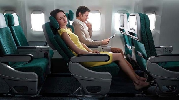 Chọn chỗ ngồi để duỗi chân thoải mái: Nếu bạn muốn chọn một chỗ ngồi có thể giúp duỗi chân thoải mái, đừng bỏ qua những hàng ghế gần cửa thoát hiểm, ghế ở giữa thân máy bay. Bởi đó là những vị trí có nhiều khoảng rộng phía trước. Nếu bạn gặp vấn đề về chiều cao, xương khớp... đừng nên ngồi ở hàng ghế cuối vì khoảng cách giữa các hàng ghế cuối thường bị thu hẹp khá nhiều. Ảnh: Traveller.