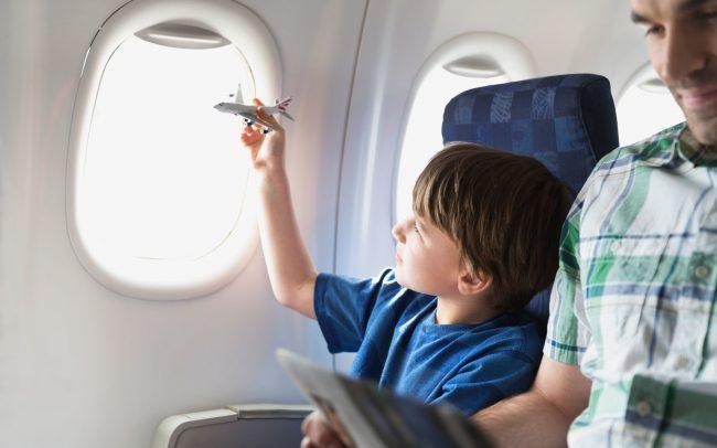 """Hàng ghế dành cho hành khách đi cùng trẻ nhỏ: Với những hành khách đi máy bay cùng trẻ nhỏ, chuyến bay có thể trở thành nỗi """"ám ảnh"""" nếu chúng quấy khóc. Để tránh làm phiền đến những hành khách khác, bạn có thể chọn ghế ngồi ở vị trí sát cửa sổ máy bay để dễ dàng đổi tư thế hoặc dỗ dành các bé. Ảnh: Frame a trip."""