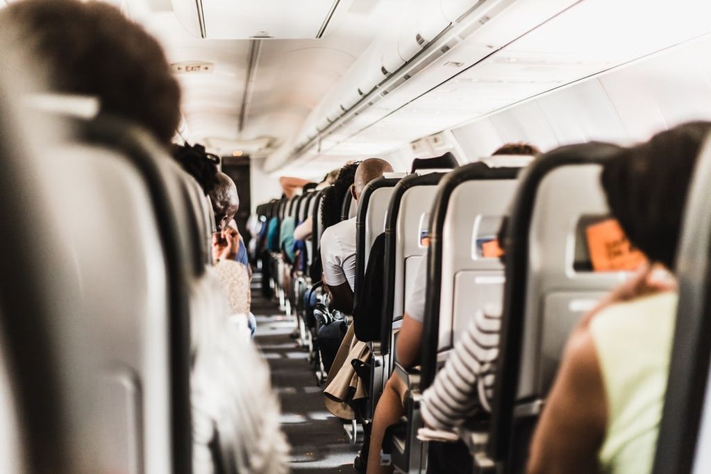 Nếu hành khách mang nhiều hành lý xách tay: Trong trường hợp hành lý xách tay quá cồng kềnh, tốt nhất bạn nên chọn chỗ sao cho ít gây ảnh hưởng tới hành khách khác. Lời khuyên cho bạn lúc này đó là hãy chọn dãy ghế có vị trí ở phần đuôi máy bay, bởi các khoang chứa hành lý phía sau thường to hơn so với phần thân hay phần đầu máy bay. Ảnh: Unsplash.