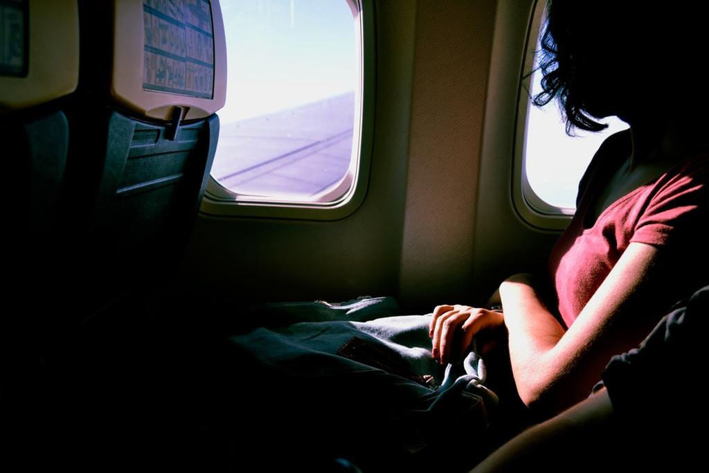 Chọn chỗ ngồi thoải mái để ngủ: Nếu phải trải qua một chuyến bay dài nhiều giờ đồng hồ và muốn tranh thủ chợp mắt một lúc, bạn nên chọn ghế ngồi ở khu vực sát vách máy bay, càng gần phần đầu máy bay càng tốt. Bạn nên tránh xa hàng ghế ở phía đuôi máy bay vì vị trí này khá ồn ào và thường bị xóc mạnh khi máy bay di chuyển qua vùng thời tiết xấu. Ảnh: Unsplash.