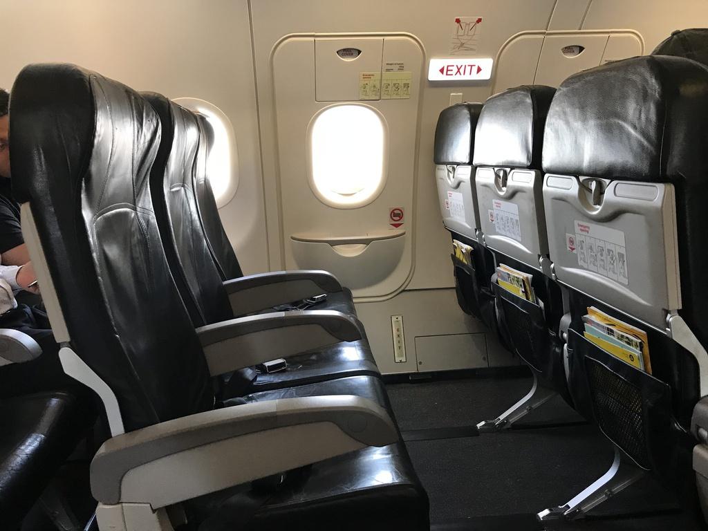 Vị trí ghế ngồi an toàn nhất: Theo một nghiên cứu tiến hành bởi Popular Mechanics, những hành khách ngồi gần đuôi máy bay sẽ có tỷ lệ sống sót cao hơn 40% so với những hành khách ngồi ghế đầu nếu có tai nạn xảy ra. Ngoài ra, những ghế ngồi cạnh khu vực lối đi sẽ giúp hành khách thoát khỏi máy bay nhanh hơn trong tình huống hạ cánh khẩn cấp. Ảnh: Abay.