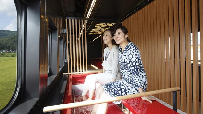Ngắm tuyết rơi qua ô cửa tàu: Khi tàu di chuyển qua cảnh quan tuyết, bạn có thể ngồi bên cửa sổ thưởng ngoạn phong cảnh trong khi nhấm nháp đồ uống ấm. Toreiyu Tsubasa, con tàu được trang bị ashiyu (bồn ngâm chân) để sưởi ấm đôi chân hay Resort Shirakami - tàu chạy dọc theo bờ biển Nhật Bản với tầm nhìn tuyệt đẹp sẽ là sự lựa chọn hoàn hảo. Tàu Toreiyu Tsubasa chạy trên tuyến Yamagata Shinkansen giữa Fukushima và Shinjo.