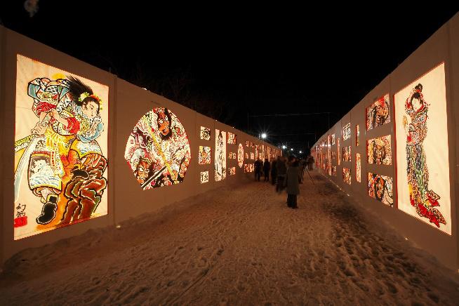 Ngắm sakura tuyết và tham gia lễ hội tuyết: Nổi tiếng là một thắng cảnh sakura, Công viên lâu đài Hirosaki có hàng nghìn cây hoa anh đào phủ tuyết trắng xóa vào mùa đông. Mỗi đêm từ tháng 12 đến tháng 2, khu vực xung quanh Cổng Otemon sẽ được chiếu sáng rực rỡ, làm cho những nhánh cây sakura phủ tuyết trông giống như đang nở hoa vào mùa đông. Nếu đến đây vào ngày 8-11/2/2020, bạn có thể dự Lễ hội tuyết Hirosaki - một trong những lễ hội tuyết lớn ở Tohoku, có các công trình tráng lệ làm từ tuyết, đèn lồng tuyết làm bằng tay của người địa phương. Công viên cũng được chiếu sáng, một số tác phẩm điêu khắc được áp dụng hiệu ứng ánh sáng 3D. Du khách có thể đi xe buýt (10 phút) từ ga JR Hirosaki (tuyến JR Ou Main).